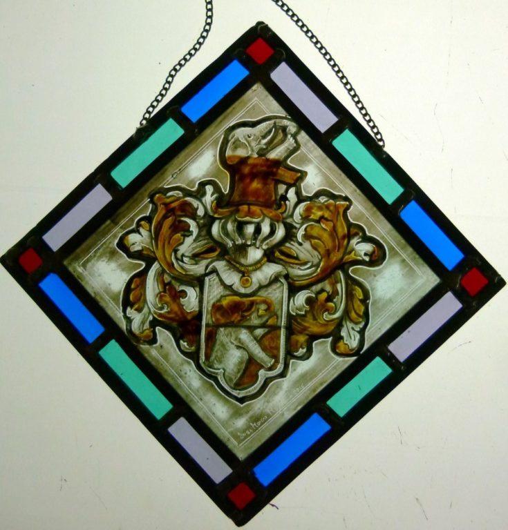 heraldica pintada a mano con grisallas y amarillo de plata sobre vidrio soplado