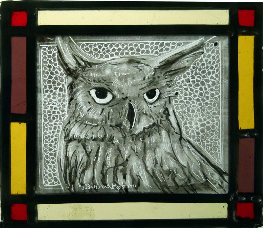 pintada a mano con grisallas y cocida  a 640º, con cenefa de color y emplomado 16x19,5 cm